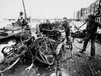 2001-968 Ophalen van fietswrakken en ander afval uit de Coolhaven aan de gelijknamige kade, gezien vanuit het westen. ...