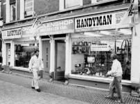 2001-973 Twee etalages van Handyman, winkel voor onderdelen van huishoudelijke elektrische apparaten, in de Zwart Janstraat.