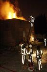 2004-1085 Brandweermannen blussen de brand bij oliefabriek Speelman aan de Delftweg.