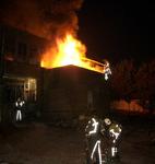 2004-1086 Brandweermannen blussen de brand bij oliefabriek Speelman aan de Delftweg.