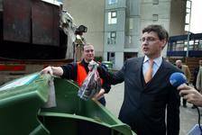 2004-1310 Wethouder L.L.M. Bolsius gooit bij zorginstelling Den Hoogenban van Stichting Zorgcompas aan de Burgemeester ...