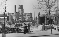 2004-333 Gezicht op de door het Duitse bombardement van 14 mei 1940 getroffen omgeving van de Goudsesingel. Links op de ...