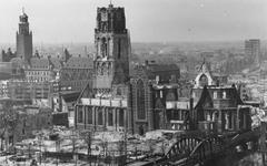2004-337 Gezicht op de door het Duitse bombardement van 14 mei 1940 getroffen Grotekerkplein en omgeving, als gevolg ...