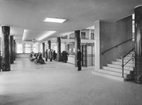 2004-5917 Gezichten van de interieurs van de Amsterdamsche Bank aan de Blaak. Van boven naar beneden: