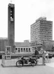 2004-6009 De Vlasmarkt en Hoogstraat, met de ondergrondse toiletten. Op de achtergrond links is de toren van de ...