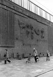2005-10264 Weena tegenover het Groothandelsgebouw is aan de gevel van het Bouwcentrum het baksteenreliëf van de Engelse ...