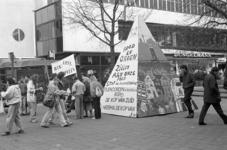 2005-11374 Op het Binnenwegplein is een demonstratie tegen de huurverhoging.