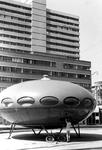 2005-5059 Op het Kruisplein is een futuristisch buitenhuis, geplaatst t.g.v. manifestatie C'70.