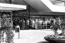 2005-5705 Op het Binnenwegplein is er opruiming bij het warenhuis Ter Meulen.