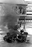 2005-5863-TM-5866 In brand gestoken auto:Van boven naar beneden afgebeeld:-5863: Door de jeugd in brand gestoken auto, ...