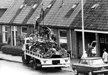 2005-6211 In beslag en nooit opgehaalde bromfietsen worden opgeladen bij het politiebureau aan het Sandelingplein.