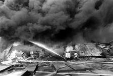 2005-6212-TM-6215 Brand aan de Waalhaven:Van boven naar beneden afgebeeld:-6212: Brand bij de firma Metallurgica aan de ...