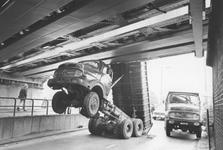 2005-6613 Een verkeersongeluk onder het viaduct van de Abraham van Stolkweg.