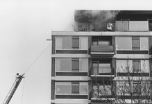 2005-6738-TM-6743 Brand in flatgebouw aan de Langenhorst:Van boven naar beneden afgebeeld:-6738: Brand op bovenste ...