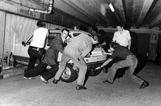 2005-7011-EN-7012 Auto ongelukken:Van boven naar beneden afgebeeld:-7011: In parkeergarage van het warenhuis de ...