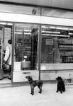 2005-9638 Aan het Bentinckplein ter hoogte van een zelfbedieningswinkel.