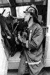2005-9913 Een brandweerman met een door hem geredde hond.