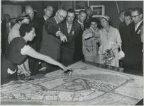 FD-12460 Burgemeester G.E. van Walsum en zijn echtgenote mevr. J.M. van Walsum-Quispel bekijken een maquette van Hoek ...