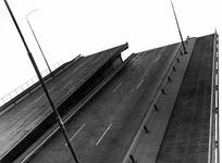 X-103-00-07-175-3TM6 De Van Brienenoordbrug over de Nieuwe Maas.Van boven naar beneden afgebeeld:- 3: Geopende klep.- ...