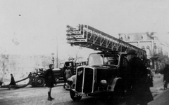 XXXIII-632-00-01-20 Gezicht op een ladderauto voor bluswerkzaamheden op het Proveniersplein in Rotterdam Noord.