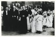 1976-2080 Een tot priester gewijde parochiaan van de Willibrordkerk aan de Beukelsdijk, temidden van belangstellenden.