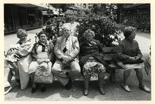 1982-2698 Vier oudere dames en een heer op een bank in de Hoogstraat. Uit een fotoserie over mensen op bankjes in de ...