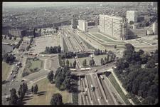 323 Zicht vanaf de Euromast in noordelijke richting. Vooraan het Droogleever Fortuynplein en rechts daarvan het ...