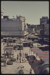 398 Zicht op het Binnenwegplein met paviljoentjes en gekleurde afdakjes vanwege de Manifestatie C70. Op de achtergrond ...