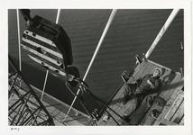 1996-2296 Man ligt op een werkplatform aan de pyloon van de Erasmusbrug in aanbouw.
