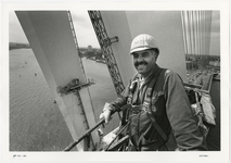 1996-2297 Schilderwerk op grote hoogte biij de pylonen van de Erasmusbrug in aanbouw.