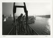 1996-2298 Schilders aan het werk bij de pyloon van de Erasmusbrug. Op de achtergrond het Noordereiland en de Koningshaven