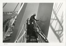 1996-2299 Schilders aan het werk bij de pyloon van de Erasmusbrug in aanbouw. Op de achtergrond de Nieuwe Maas en het ...