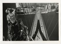 1996-2300 Een schilder bij de pyloon van de Erasmusbrug in aanbouw. Op de achtergrond de brug in noordelijke richting ...