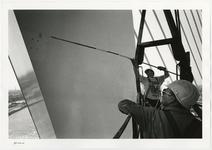 1996-2301 Schilders aan het werk in een bouwlift bij een van de pylonen van de Erasmusbrug in aanbouw.