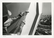 1996-2302 Een schilder bij de pyloon van de Erasmusbrug in aanbouw. Op de achtergrond het Noordereiland.