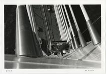 1996-2304 Bovenaanzicht van de tijdelijke buitenlift aan de pyloon van de Erasmusbrug in aanbouw.