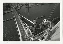 1996-2305 Bovenaanzicht van de tijdelijke buitenlift met werknemer aan de pyloon van de Erasmusbrug in aanbouw. Op de ...