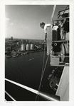 1996-2307 Een man in een tijdelijke buitenlift aan de pyloon van de Erasmusbrug in aanbouw. Op de achtergrond is het ...