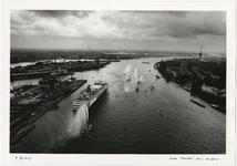 1996-2309 Zicht op de Nieuwe Maas in westelijke richting met de vertrekkende Maasdam. Links de Wilhelminapier, ...