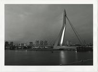 1996-2310 Zicht op de verlichte Erasmusbrug met op de achtergrond woontorens aan de Boompjes.