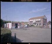 2005-2315-280 Snackbar bij de opgang naar het strand aan het Stuifkenszand in Hoek van Holland. Rechts de appartementen ...