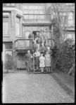 1976-11963 Groepsfoto van de familie Kaufmann in de achtertuin van de woning van Carl Kaufmann aan de Heemraadssingel ...