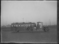 1976-4421 Een tankwagen van Texaco. De wagen van de N.V. Texas Company staat opgesteld aan de Marconistraat nabij de ...