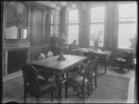 1976-5099 Een interieurfoto van het kantoor van Kaufmann's huidenhandel aan de Westzeedijk. Op de achtergrond zit Hans ...
