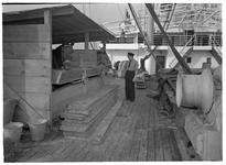 1976-7823 Paardentransport. Een paard in een houten stal op het dek van een schip.
