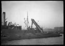 2008-5101 Overladen van kolen van een binnenvaartschip naar vrachtschip in de 1e Katendrechtse Haven. De woningen ...