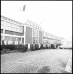 10173-2 Buitenzijde van fabriek van Pluvier-Anker Motorenmaatschappij NV aan de Sluisjesdijk waarvoor een flinke groep ...