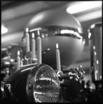 10514 Brandende kaarsen tussen lamp en drukvat van een Ahrens Fox.