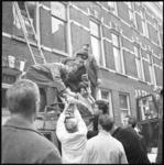10532 Bij een brand in de Bajonetstraat wordt een vrouw met een ladder uit haar huis gered.