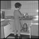 10584 Dame in keuken gebruikt een vuilvernietigingsmachine.